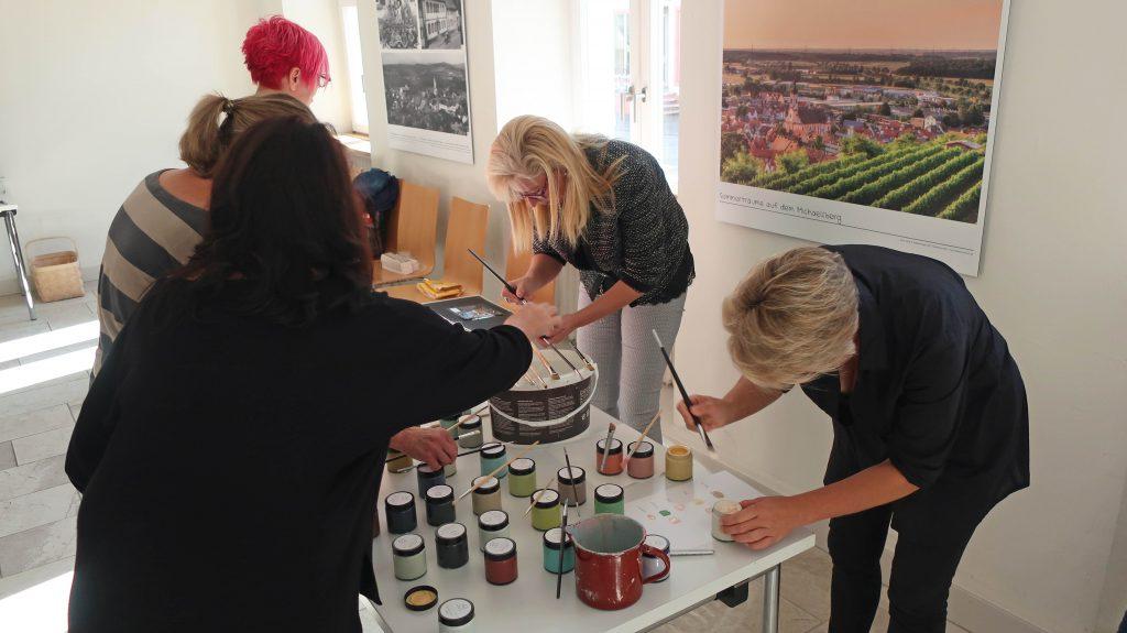 Seminarteilnehmer-Kreidefarbe-Raumstimmung-Kreativität
