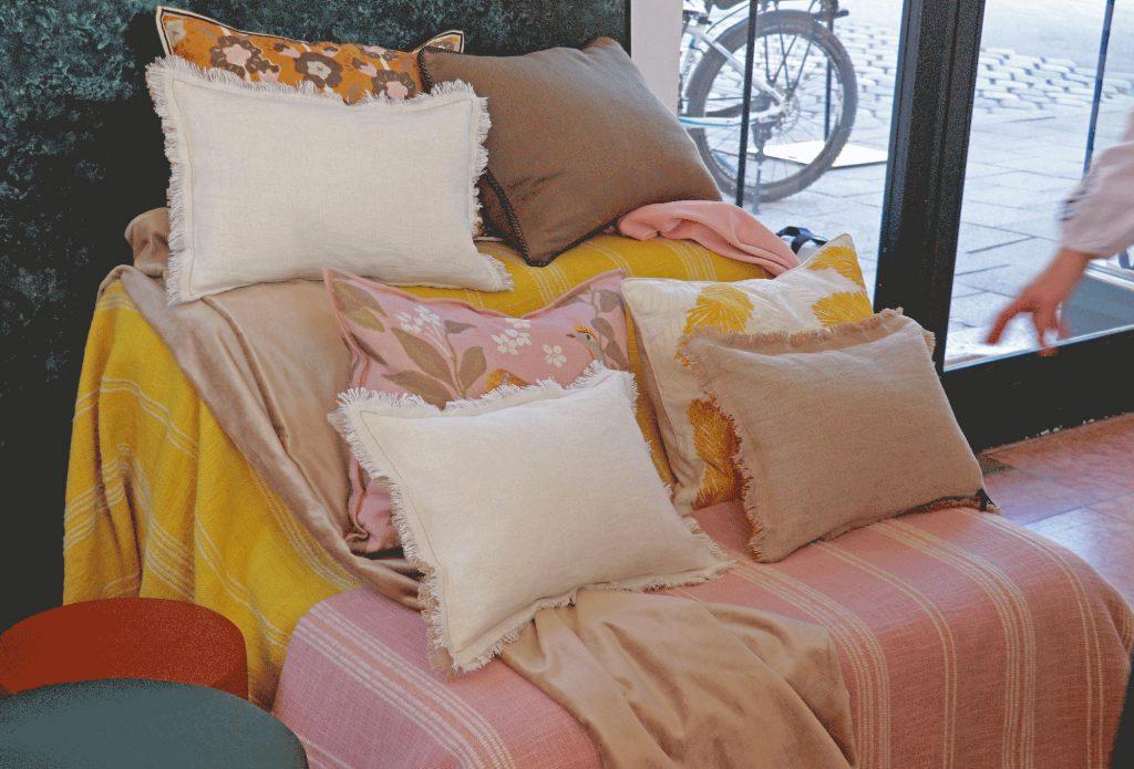 Sofa-Kissen-Gelb-Rosa-Muster
